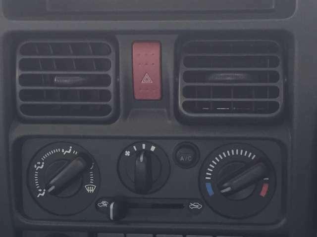 抗菌処理タイプのマニュアルエアコン装着車です♪暑い夏も寒い冬も快適走行ができます♪
