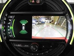 バックカメラの映像は鮮明です。前後の障害物センサーは音と画面上のグラフィックで確認できます。縦列駐車のサポート機能付き