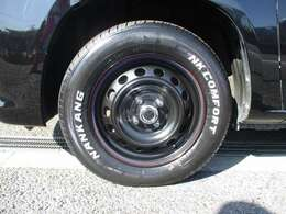 新品のホワイトレタータイヤです!マッドテレーンタイヤも対応可能ですが、タイヤノイズがひどいのでちょいとキャンプ程度であればノーマルタイヤで問題ありません!実用性を考えこのタイヤを装着しております!!