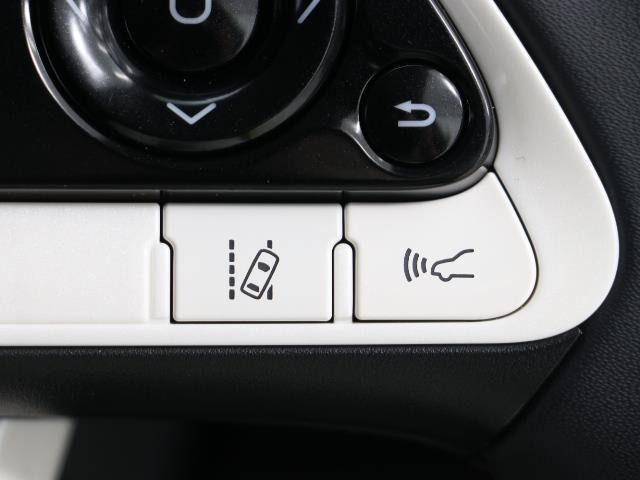 レーダークルーズコントロールです。 前の車との距離をレーダーで測り一定の車間距離に保ってくれますよ。詳細はスタッフまで。