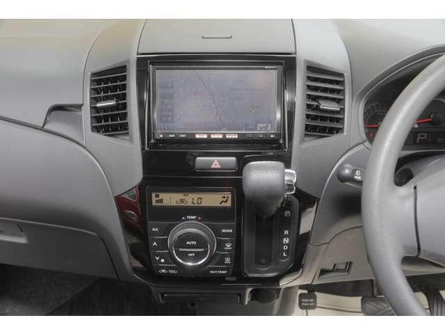 オートエアコンがついてます!設定温度まで自動で車内温度調整してくれますので大変便利です。