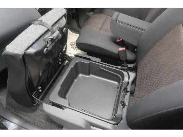 助手席座面を持ち上げると収納スペースもあります。
