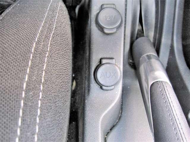 スマートフォンの音楽を車内で流せたら素敵だと思いませんか?外部入力端子が装備されているのでケーブルでスマートフォンや音楽プレーヤーを接続して音楽を流すことができます!もうCDは要りませんね!