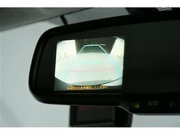 メーカーオプション【バックカメラセット】後続車のヘッドライトの反射を防いでくれる自動防眩ミラーと一体型のバックカメラになっています◎