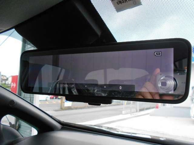 インテリジェント ルームミラー 車両後方に装着した高解像度カメラの映像をミラー面に映し出すので、車内の状況、天候等に影響されずクリアな後方視界を確保出来ます。※スイッチにて通常のミラーへ切替が出来ます