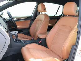シートは、DYNAUDIO EDITION専用のシートです。サイドがレザーになっており、シート中央はスエードになっております。シートヒーターも付いております。