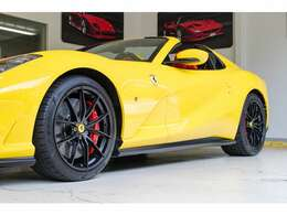 20インチのマットブラック塗装のホイールは黄色のボディを引き立てています。