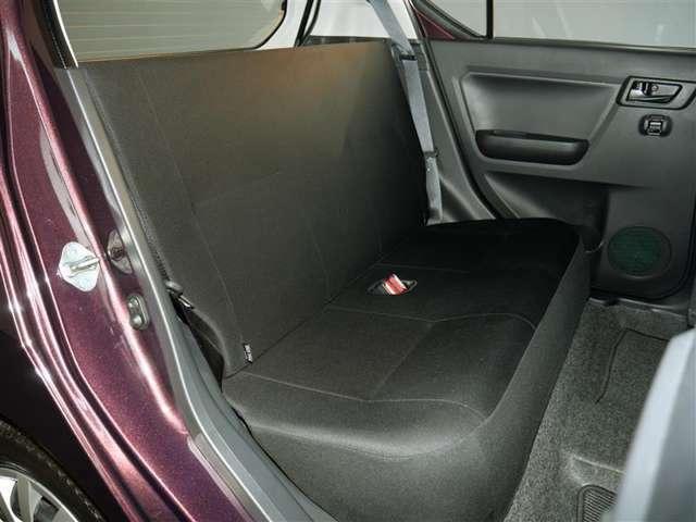【後部座席】フロントシートに膝がぶつかる事もなく足下もゆったりと座れるリアシートです!ゆったりとしたスペースはとっても魅力ですよ。