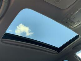 【サンルーフ】解放感溢れるサンルーフ、車内に心地よい風や太陽の穏やかな光が差し込みます♪