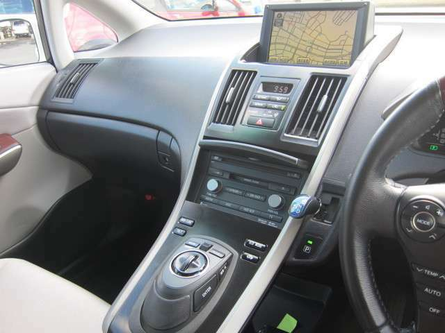 ナビ・オーディオ、エアコンなどの操作機能をまとめたレクサス独自のコントロールシステム「リモートタッチ」を採用!