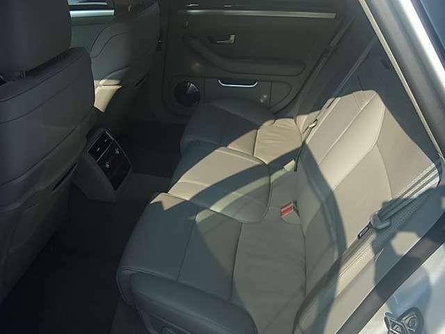 高級感漂う革シートで、車内の雰囲気も落ち着いています。乗り心地もいいので長距離の運転でも疲れません。