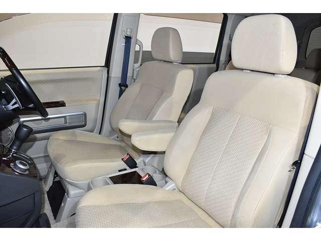 広くて見晴らしの良いフロントシート!明るいベージュの内装です!