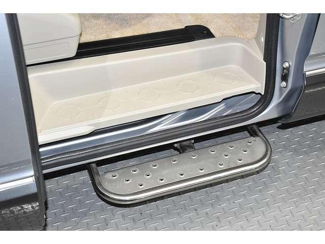 左側スライドドアには固定式のサイドステップを装備!お子様等の乗り降りにもとても便利です!