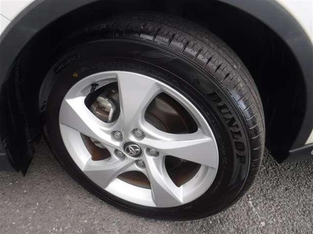 215/60R/17サイズのタイヤを装着しています。トヨタ純正アルミホイールがボディデザインと融合します。