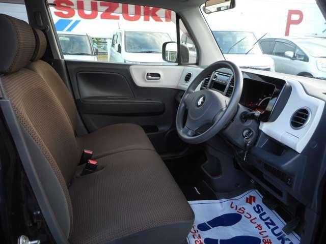 運転席は前オーナー様の使用感を極力減らせるよう徹底してクリーニングを行っております。写真だけでも仕上がった弊社の車の綺麗さが分かるのではないでしょうか。
