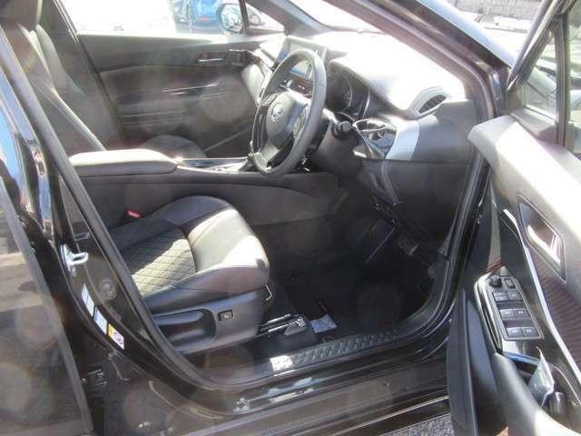 運転席 乗り降りスムーズ  センターアームレスト付き 疲れのにくいシート 運転席シートアジャスター付き  シートは、上級ファブリックシート、一部本革です。
