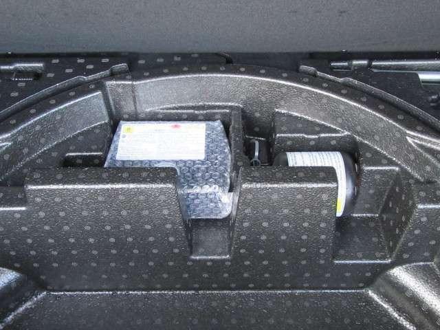 パンク修理キット トランクルーム下に収納されてます。