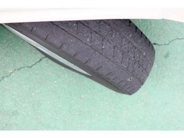タイヤの標準サイズは、145/12/6PRとなっており、貨物用のタイヤをはいております。