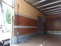 2段ラッシングベルトや室内灯もついております。荷台内形は、長さ:446cm 幅:176cm 高さ:223cmとなっております。