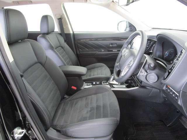明るい車内に足もとゆったりの運転席!もちろん車内クリーニング済みなので清潔です!