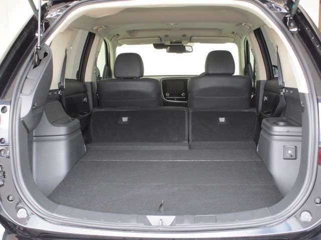 後部座席のシートを倒して、自在にアレンジできるラゲッジスペース。大きな荷物のときも、空間がさらに広がって機能的に使えます!