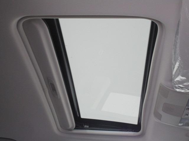 電動ガラスサンルーフを装備!開放的な天井です。
