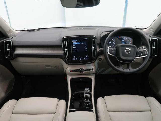 XC40 T4 AWD インスクリプション入庫しました!ルミナスサンドメタリックになります!harman/kardon!本革シート!シートヒーター!上級グレードならではの装備が充実!