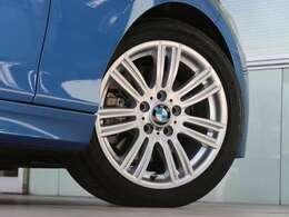 Mスポーツ専用の17インチサイズのタイヤ&ホイール。Mライトアロイホイール・スタースポークスタイリング383Mが装着されます。