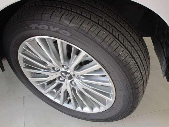 タイヤサイズは225/55R18です。