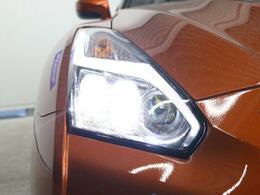 三眼LEDのまばゆい灯りは夜間走行の視認性も考慮し、稲妻の模様のLEDラインはGTRの存在を示します