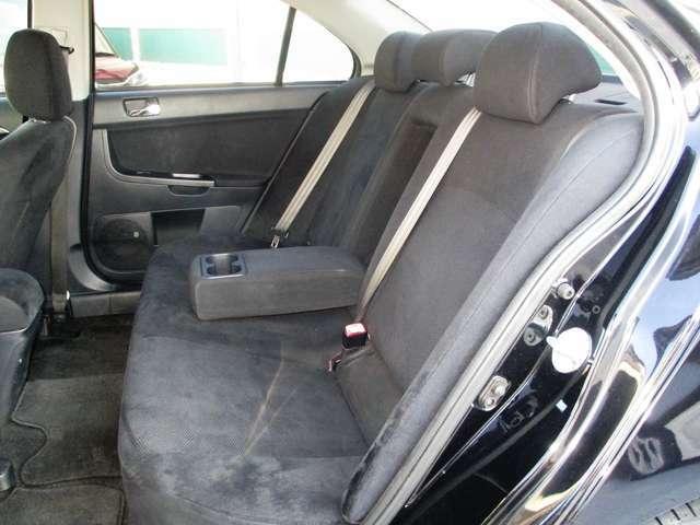 後席には中央にはドリンクホルダー付きのアームレストを装備!!