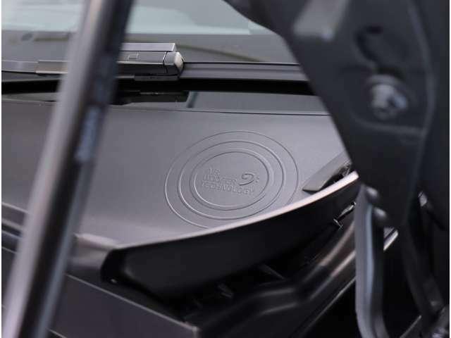 車両に違和感なく組み込まれたエアベンチレーテッド・サブウーファーが、クリアで深みのある低音を実現しています。