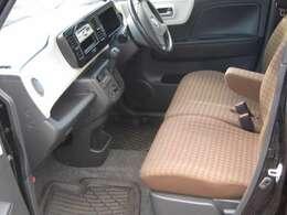 シミや汚れの目立ちにくい、ブラウン系の格子柄シートです。ゆったりくつろげる空間。長距離運転でも疲れませんよ!内外装美車!!来て、見て、座ってください!!