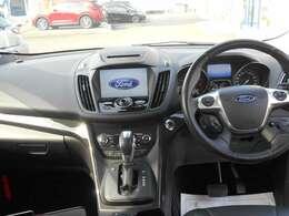 後席より運転席全景♪フォードオーバルのモニターに地図やTVが入っています。