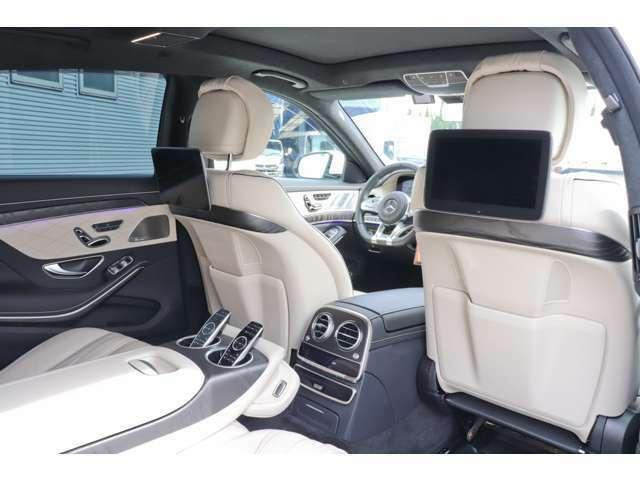 ショーファーパッケージ。後席シートバックは電動可倒式。アームレストなどにもヒーターが備わる「シートヒーター・プラス」が標準装備。