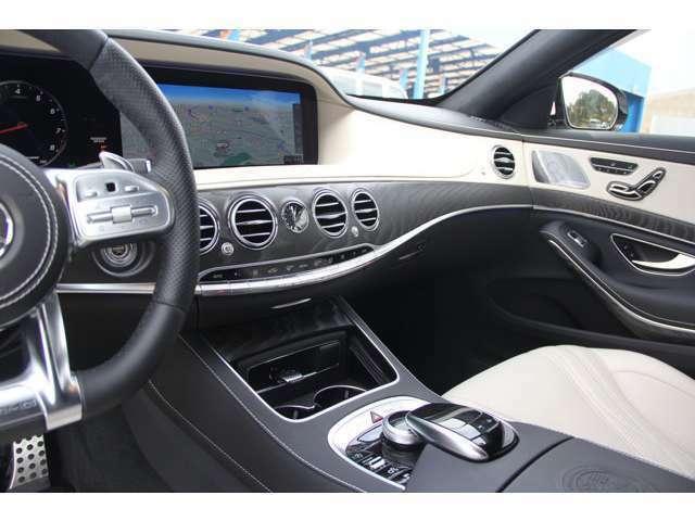 ヘッドアップディスプレイを装備しており、視線の移動も少なく安全な運転が可能です。