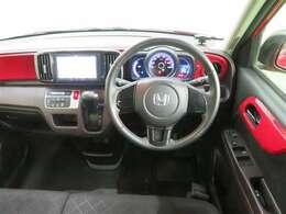 軽ながら高い質感の車内。メーター、スイッチ類は使いやすく配置されています。