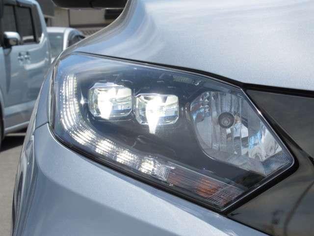 LEDヘッドライトです。蛍光灯のような明るさが特徴で広い範囲を明るく照らしてくれます。光量が大きいので暗い場所での視認性が上がります。また寿命が長く、消費電力も少ないので経済的です。