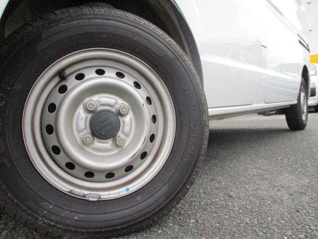 タイヤの溝もまだあります!自社工場がありますので、タイヤ交換もお安くさせて頂きます!