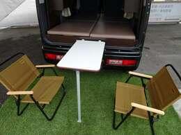 室内ではちゃぶ台として使用できるテーブル。室外ではキャンプやピクニックで使用できる、アウトドアテーブルとして使用でき大変便利です。