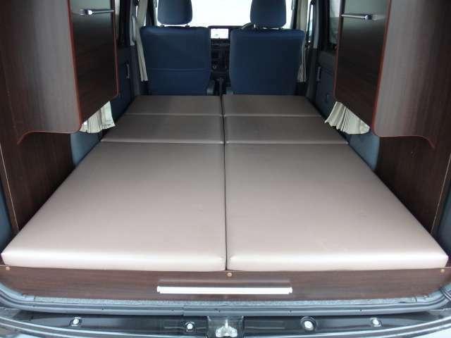 ベッドサイズは縦1750mmと十分な長さ。家具下にスペースがあるので、十分な横幅が確保できます。大人二人でも快適に過ごせます。
