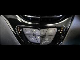 運転席と助手席、それぞれの体感温度の違いに合わせて温度設定が行えるオートエアコンです