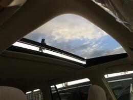 【サンルーフ】車内には爽やかな風や太陽の穏やかな光が差し込みます♪
