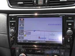 通信ユニット内蔵の日産純正9インチメモリーナビ(MM520D-L)装備。NissanConnectマイカーアプリ対応、オペレーター通話や音声対話検索にも対応、HDMI入力やBL再生など多彩なメディア対応に加え、初回車検まで