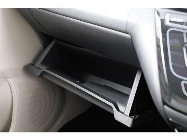 車検証入れなどを収納しても余裕があるぐらい大容量のグローブボックスです