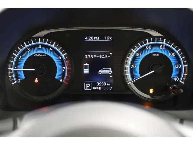 カラーメーターで夜間でも見やすいのが特徴です。中央ディスプレイで車の設定が可能です