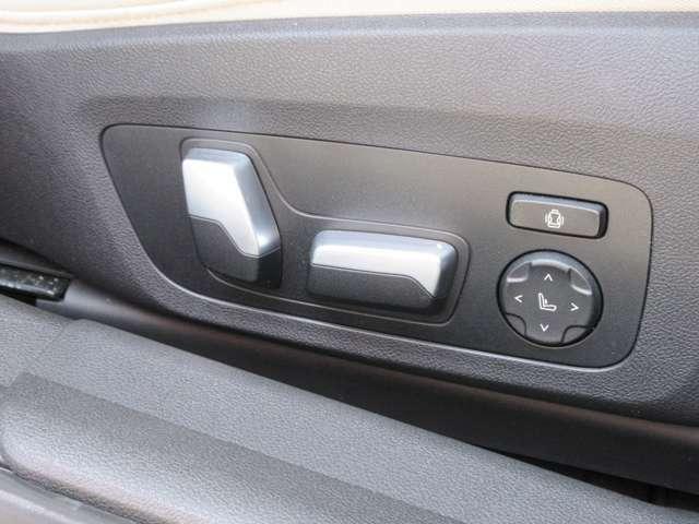 ランバーサポート付きフロント電動シート装備。