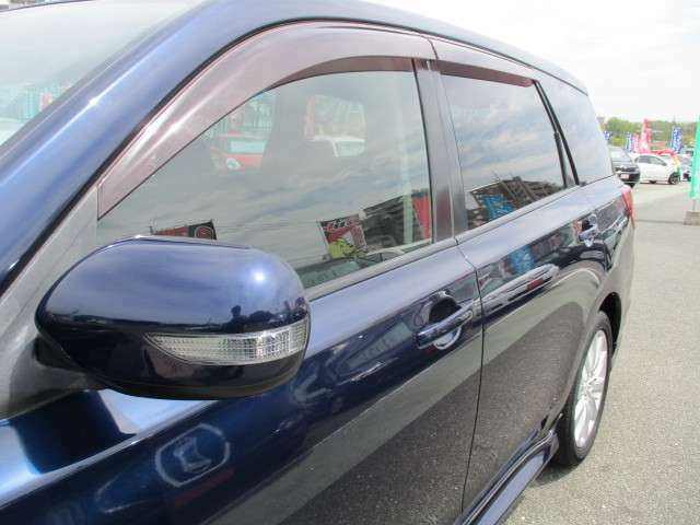 対向車にも分かりやすくスタイリッシュなウィンカードアミラー♪ドアバイザーUVカット&プライバシーガラス(新車時装着・色フィルムを貼っているような純正ガラスで紫外線防止プライバシー保護)