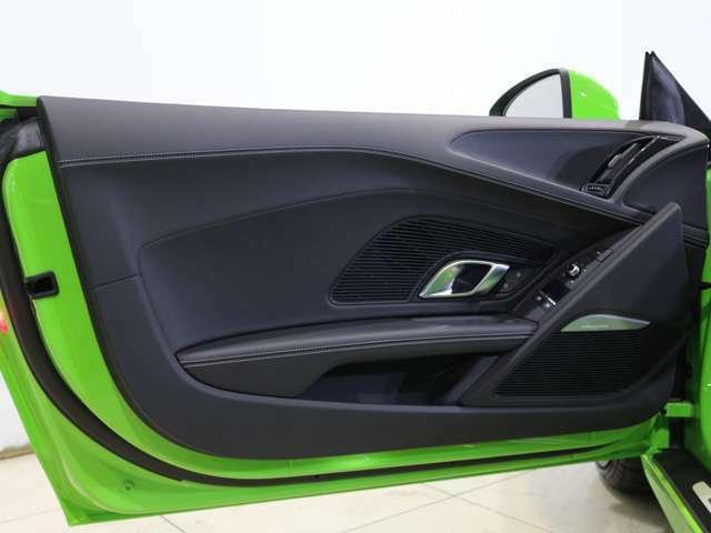 Audi R8 Spyderは、Audiのレーシングカーも生産するAudi Sport GmbHの製造現場で、ほとんど手作りの工程で生産されています。