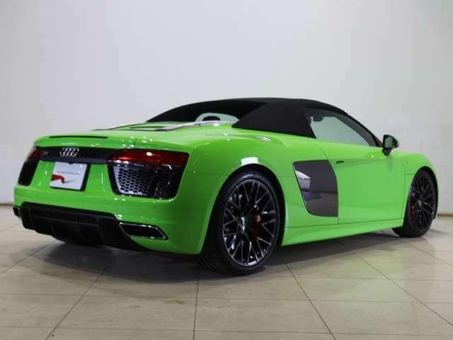 V10のサウンドをダイレクトに味わうオープンエアドライビングは、Audi R8 Spyderを操る醍醐味です。